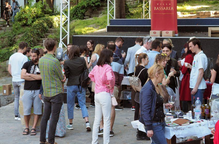 """Дефиле """"Вино и гурме"""" събра десетки посетители този уикенд"""