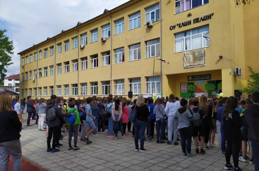 """Преподаватели от ОУ """"Елин Пелин"""" ремонтират училището"""